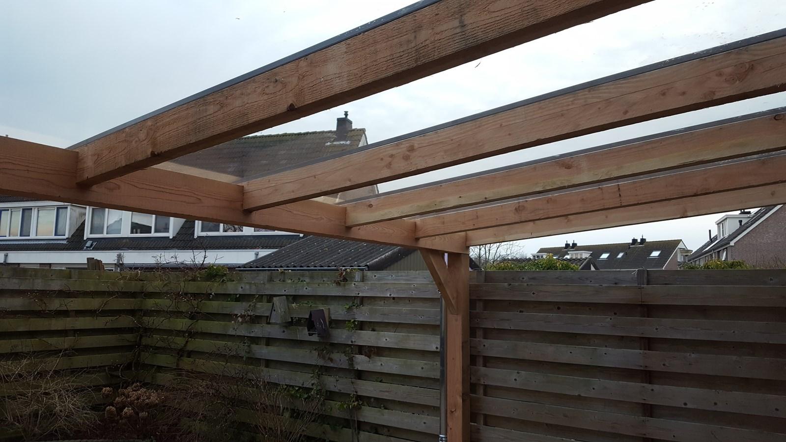 Douglas houten overkapping met glazen dak bergveranda.nl